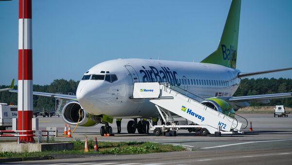 Самолет Boeing 737-500 авиакомпании airBaltic в аэропорту Рига - Sputnik Латвия