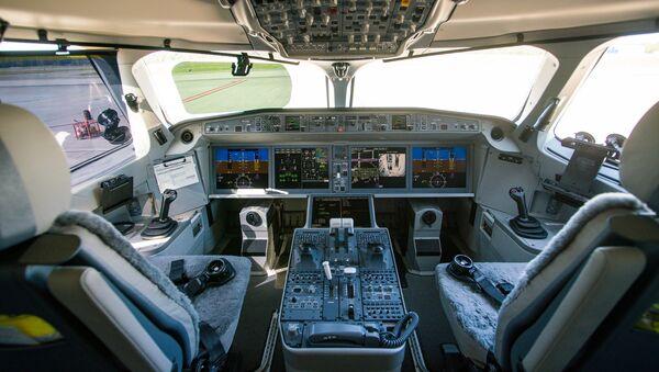 Кабина пилотов самолета Airbus A220-300 - Sputnik Latvija