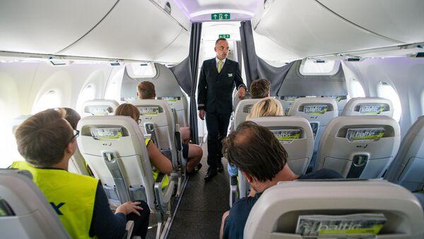 Стюард в самолете Airbus A220-300 авиакомпании airBaltic - Sputnik Latvija