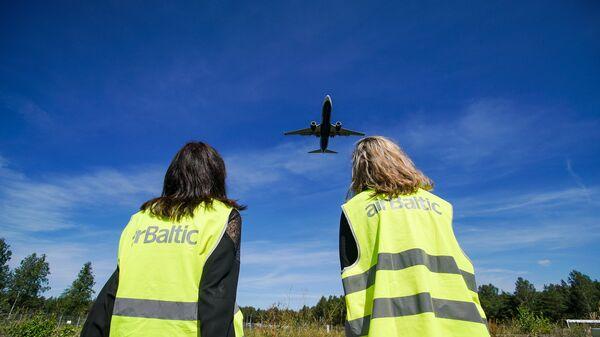Девушки наблюдают за посадкой самолета - Sputnik Latvija