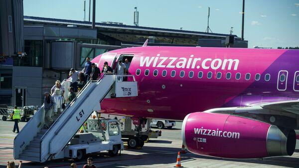 Пассажиры выходят из самолета Wizz Air в аэропорту Рига - Sputnik Латвия