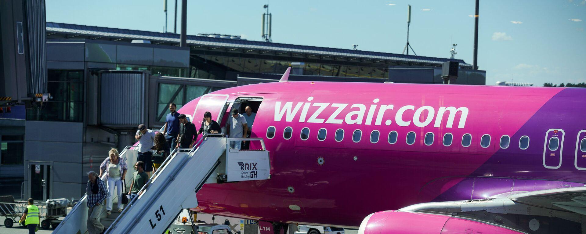 Пассажиры выходят из самолета Wizz Air в аэропорту Рига - Sputnik Латвия, 1920, 19.07.2021