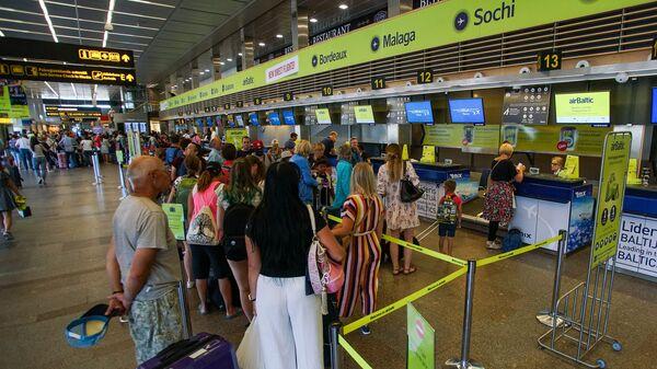 Пассажиры на регистрации в аэропорту Рига - Sputnik Латвия