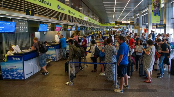 Пассажиры на регистрации в аэропорту Рига - Sputnik Latvija