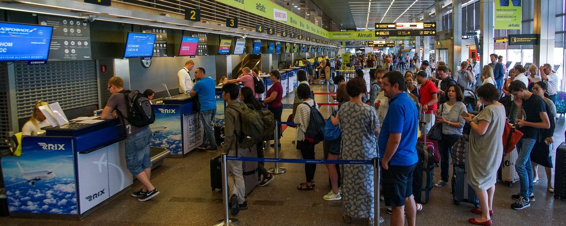 Пассажиры на регистрации в аэропорту Рига - Sputnik Латвия, 1920, 27.06.2019