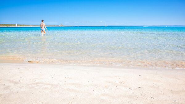 Девушка на пляже Ла Пелоза, Северная Сардиния - Sputnik Latvija