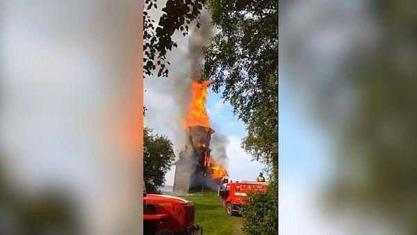 Огонь полностью уничтожил храм XVIII века в Карелии - Sputnik Латвия