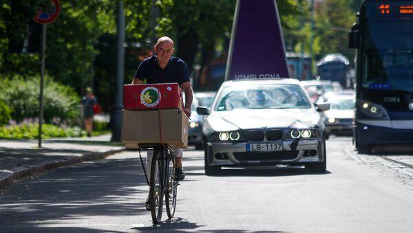 Бернард Ларан то и дело сам развозит продукты по своим рижским кафе на велосипеде - Sputnik Латвия