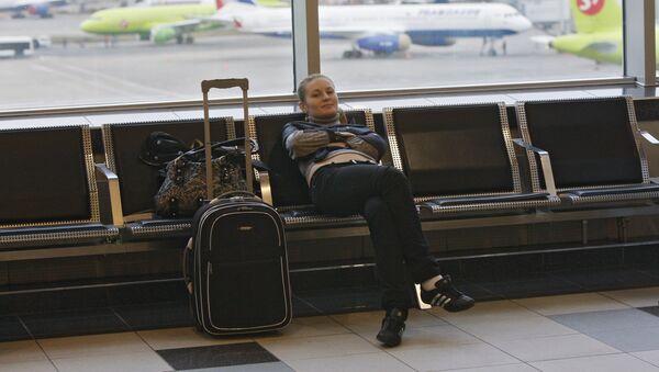 Пассажир с багажом в зале ожидания аэровокзала - Sputnik Латвия