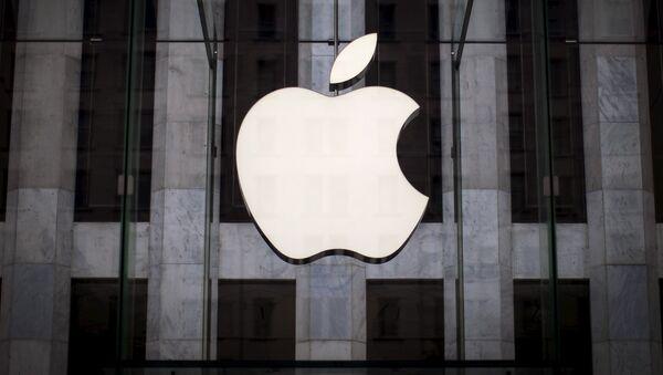 Логотип компании Apple над входом в магазинн 5-й Авеню в Нью-Йорке - Sputnik Латвия