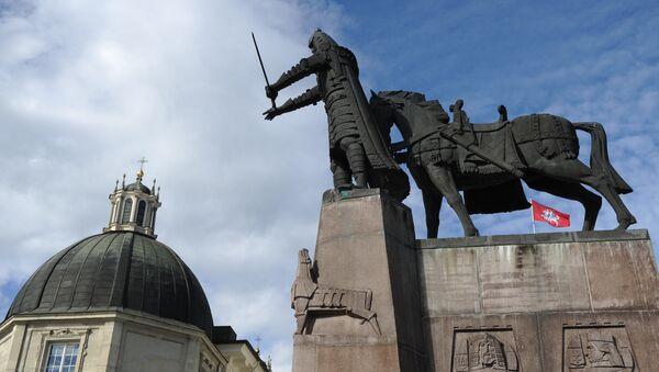 Памятник основателю Вильнюса князю Гедиминасу на Кафедральной площади города - Sputnik Latvija