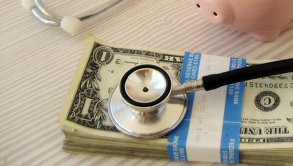 Деньги и стетоскоп. Архивное фото - Sputnik Latvija