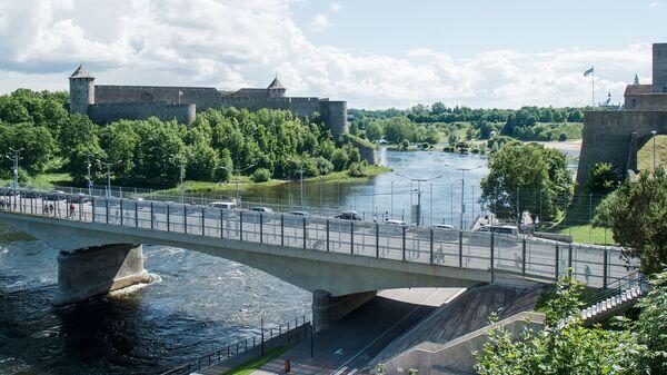 Соседние приграничные города связаны мостом Дружбы  - Sputnik Латвия