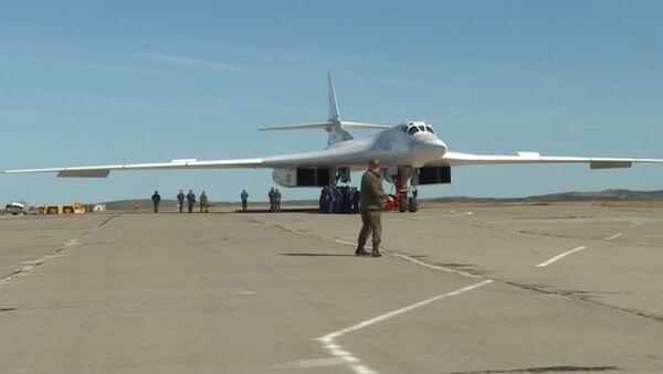 Ракетоносцы Ту-160 впервые приземлились на Чукотке - Sputnik Латвия