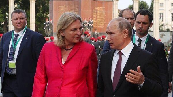 Президент РФ Владимир Путин и министр европейских, интеграционных и иностранных дел Австрии Карин Кнайсль (справа налево), архивное фото - Sputnik Латвия