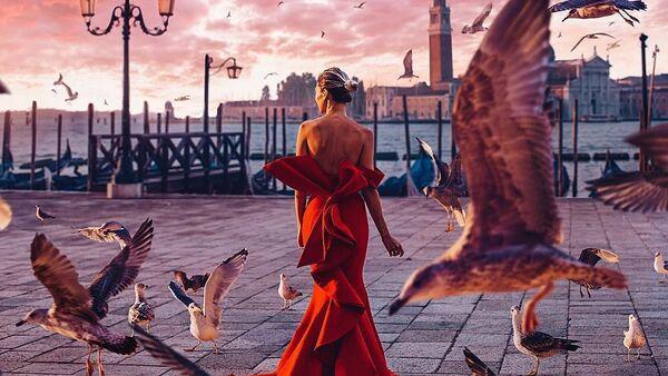Снимок фотографа Кристины Макеевой из серии Девушка в платье, снятый в Венеции, Италия - Sputnik Латвия