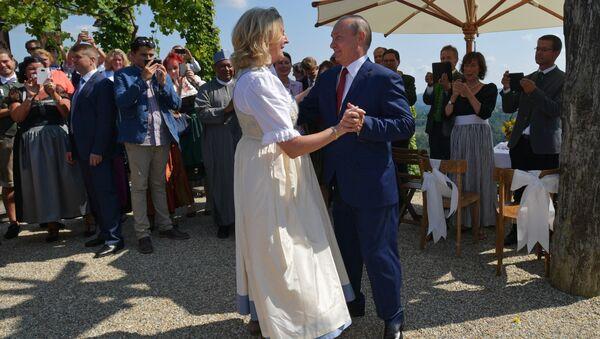 Президент России Владимир Путин танцует с министром иностранных дел Австрии Карин Кнайсль на ее свадьбе с финансистом Вольфгангом Майлингером - Sputnik Latvija