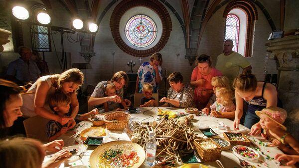 Дети и родители познакомились с Рижским Домским собором самым необычным образом - Sputnik Latvija