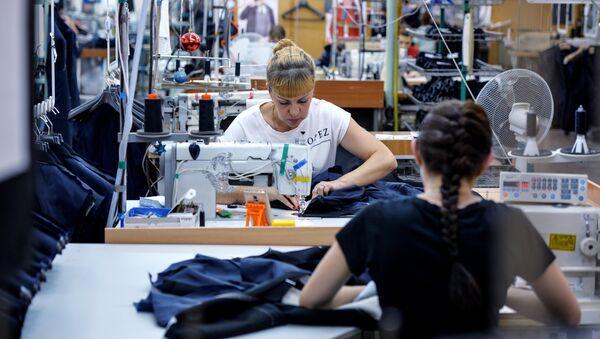 Сотрудницы в производственном цехе швейной фабрики - Sputnik Латвия