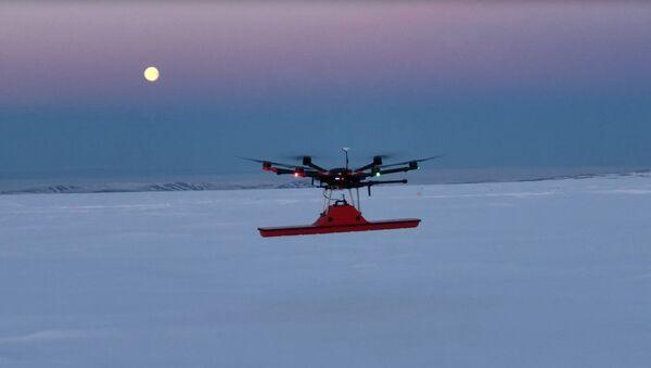 Беспилотный летательный аппарат SPH Engineering во время исследования в Гренландии - Sputnik Latvija