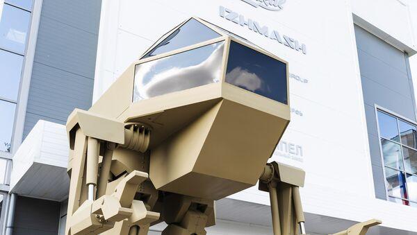 Боевой робот и новый автомат Калашникова - видео - Sputnik Latvija