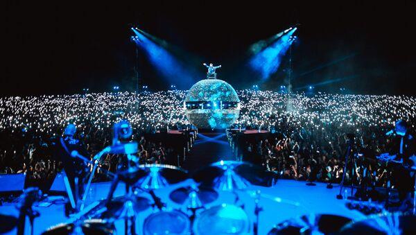 Часть песен была исполнена в стилизации диско - на сцене вырос огромный сверкающий шар - Sputnik Латвия