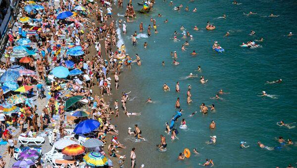 Отдыхающие на пляже курортного поселка Симеиз в Крыму - Sputnik Латвия
