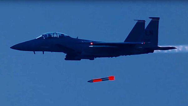 Parādījies video, kā amerikāņu iznīcinātāji F-15 nomet kodolbumbas - Sputnik Latvija
