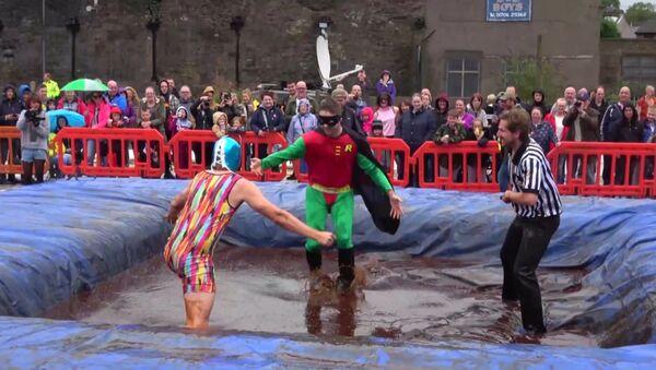 В Великобритании устроили борцовские состязания в бассейне с мясной подливой - Sputnik Latvija