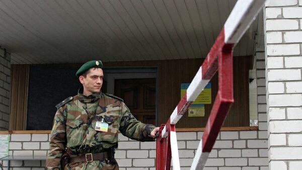 Работа пограничных служб Украины на международном автомобильном пункте пропуска Гоптивка на границе Украины с Россией, архивное фото - Sputnik Latvija