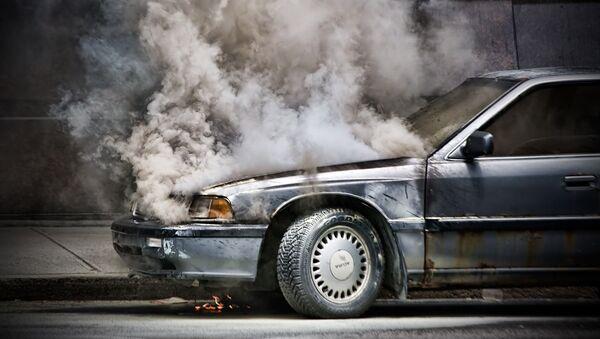 Дым из под капота автомобиля - Sputnik Латвия