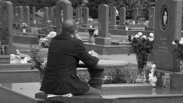 Мужчина на кладбище Город ангелов в Беслане - Sputnik Латвия