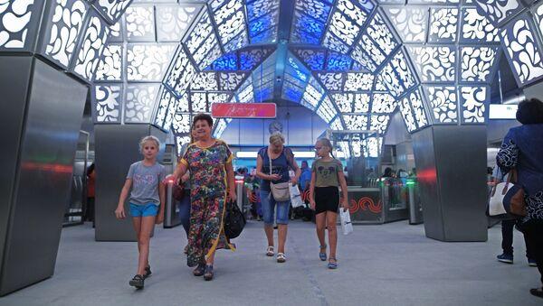 Пассажиры на станции Новопеределкино Калининско-Солнцевской линии Московского метрополитена - Sputnik Latvija