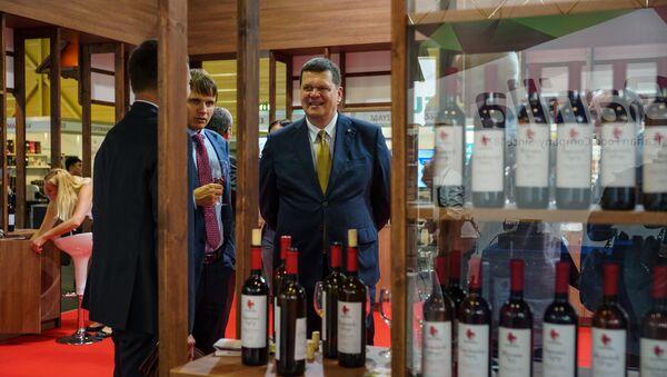 Министр охраны среды и регионального развития Каспар Герхардс на стенде грузинских виноделов - Sputnik Латвия