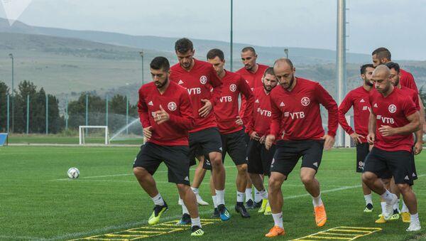 Тренировка сборной Грузии по футболу на спортивной базе на окраине Тбилиси - Sputnik Латвия
