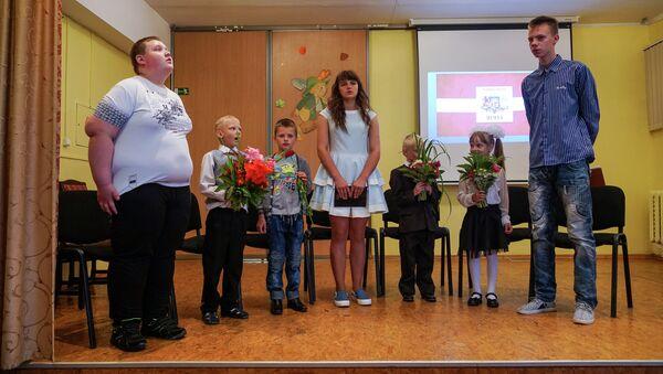 Аудриньские школьники поют гимн Латвии. На сцене все ученики 1-го и 9-го классов - Sputnik Латвия