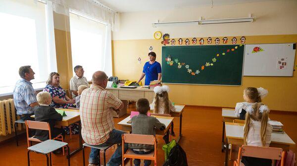 Первый и второй классы занимаются вместе. А места хватает даже родителям!  - Sputnik Латвия