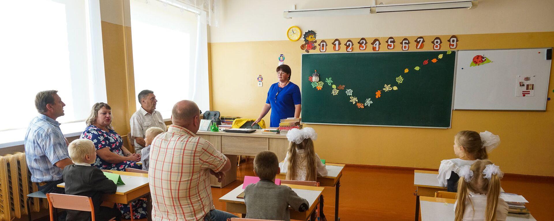 Первый и второй классы занимаются вместе. А места хватает даже родителям!  - Sputnik Латвия, 1920, 28.06.2021