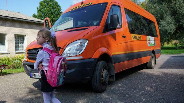 Девочка у школьного автобуса - Sputnik Латвия