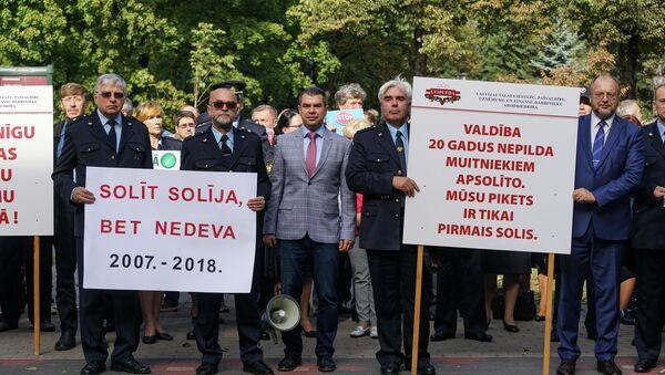 Пикет работников таможни и налогово-таможенной полиции у здания Кабинета министров - Sputnik Латвия