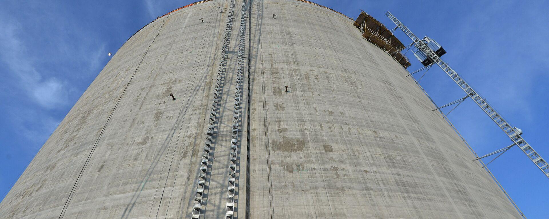 Резервуар для хранения стабильного газового конденсата на заводе СПГ - Sputnik Latvija, 1920, 19.05.2021