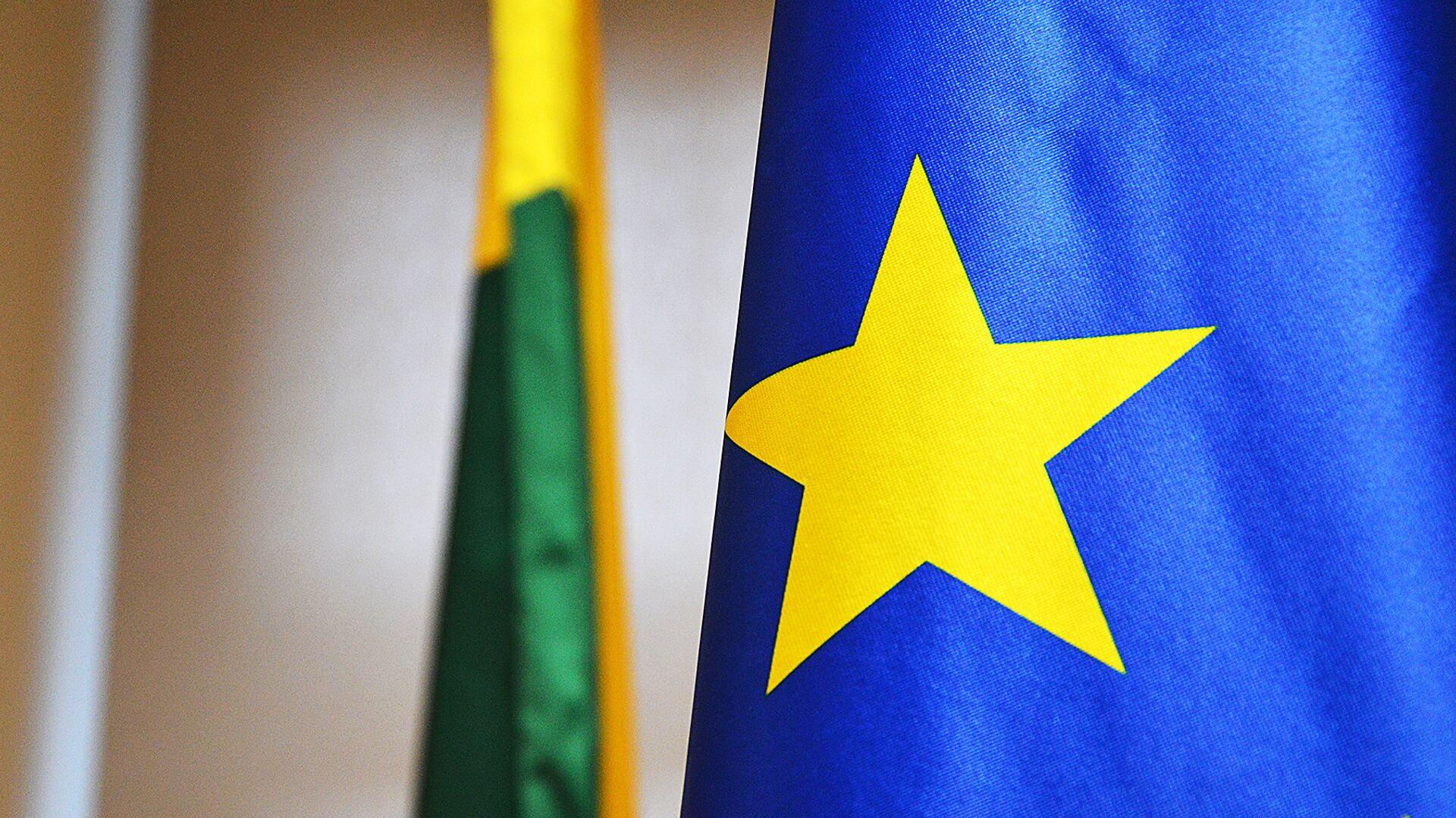 Флаги Евросоюза и Литвы - Sputnik Латвия, 1920, 12.07.2021