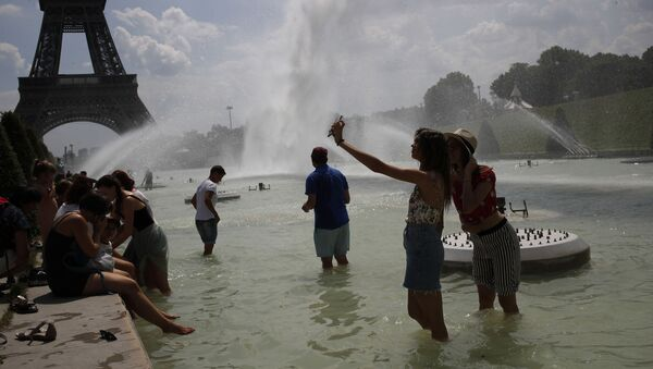 Туристы в фонтане Трокадеро возле Эйфелевой башни в Париже, Франция - Sputnik Latvija