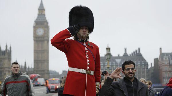 Гвардеец позирует для фото с туристами в Лондоне - Sputnik Latvija