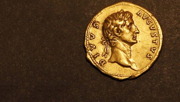 Найденная в Израиле золотая монета с изображением императора Августа - Sputnik Латвия