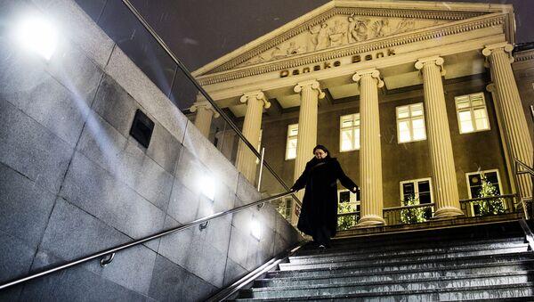 Женщина спускается по лестнице перед зданием Danske Bank в Копенгагене - Sputnik Латвия