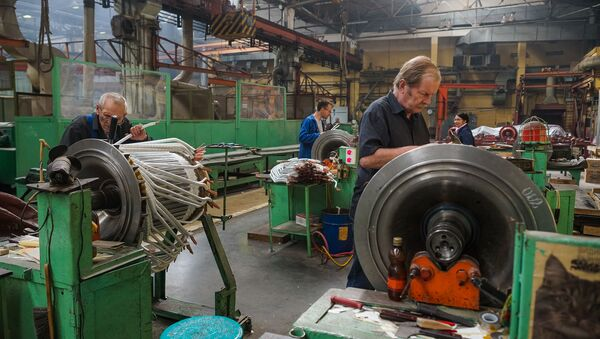 Укладка катушек якоря тягового электродвигателя на якорном участке машинного производства - Sputnik Latvija
