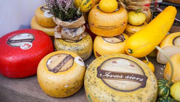 Латвийский твердый сыр уже несколько лет одна из обязательных покупок туристов в Латвии - Sputnik Латвия