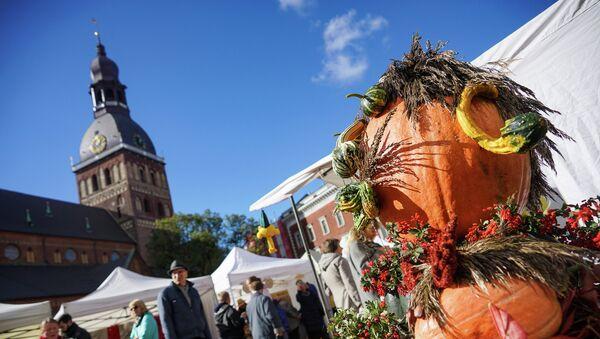 В центре площади восседал хозяин урожая - Sputnik Латвия