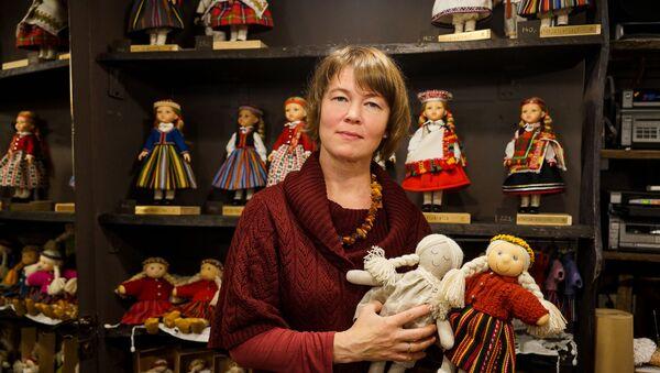 Иева Даболиня со своими куклами - Sputnik Латвия